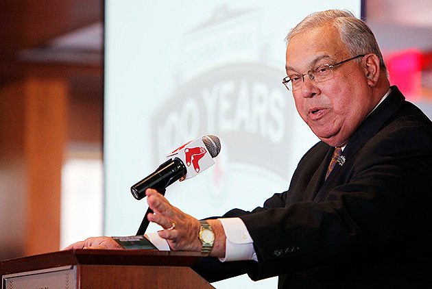 Mayor Menino rubs shoulders with Downtown Crossing businesses